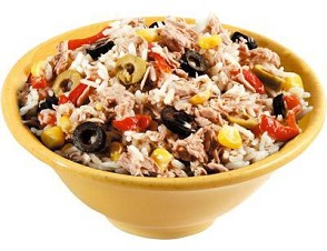 салат: рис, оливки, варёная кукуруза, красный перец, тунец